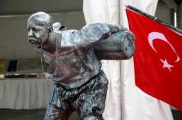 Seyit onbaşının heykeli bir anda canlanınca şaşırdılar(Video)
