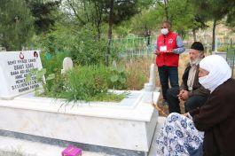 Siirt'te 80 yaşındaki şehit annesi oğlunun mezarına götürüldü