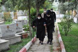 Sokağa çıkamayan şehit annesi, polislerin yardımıyla mezarlığa gitti