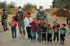Suriye'de halka Mehmetçik'ten yardım eli