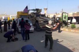 Suriye'de pkk lılar Abd devriye aracını taşladı(Video)
