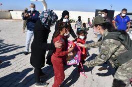 Suriyeli çocuklara Mehmetçikten kırtasiye yardımı