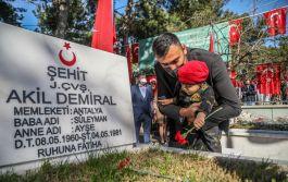 Terör Gazisi Babasının kucağında törenlere katıldı