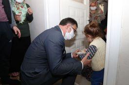 Tokat Valisi Şehit eşini ve ailesini evinde ziyaret etti