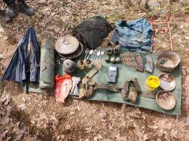 Toprağa gömülü el bombaları ve yaşam malzemesi ele geçirildi