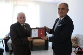 Vakıfa 600 bin lira bağışlayan kişiye altın madalya ve berat belgesi verildi