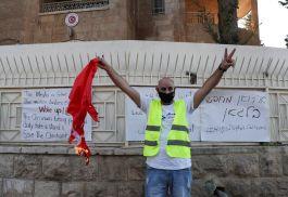 Türk Başkonsolosluğundaki Türk Bayrağımızı indirerek yaktılar