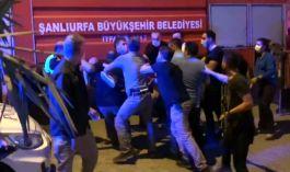 Türk Bayrağın indirmeye çalıştı linç edilmekten polis kurtardı(Video)