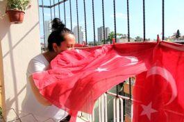 Türk bayraklarını çöpten çıkarıp balkonuna astı