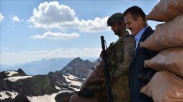 Vali 3 bin 450 rakımlı İki yaka Dağları'ndaki Düz Tepe Üs bölgesine Askerimizin yanına çıktı