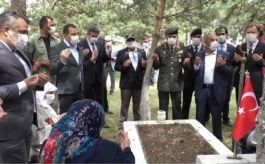 Vali Bayram'da Şehitliği ziyaret etti