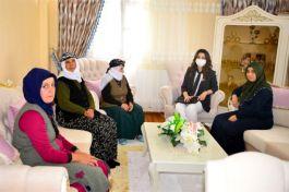 Vali eşi Şehit ailesini ziyaret etti