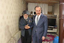 Vali Kore Gazisini evinde ziyaret etti