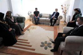 Vali  Şehit ailesini evinde ziyaret etti