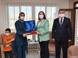 Vali Şehit ailesini evinde ziyaret etti(Video)
