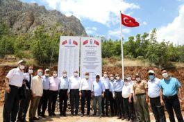 Vali Şehitlerin Künyelerini anıta astı