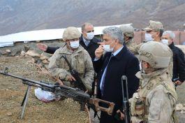 Vali üs bölgesinde nöbet tutan askerleri ziyaret etti