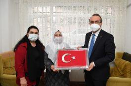 Vali ve eşi Şehit ailesini evinde ziyaret etti