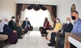 Vali ve eşi Şehit ailesini ziyaret etti