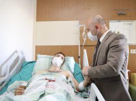 Vali yaralı Askeri Hastanede ziyaret etti
