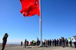 Yeni yapılacak Özel Harekat binası için dev Türk Bayrağı(Video)