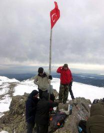 Zirveye tırmanıp Türk Bayrağını yenilediler